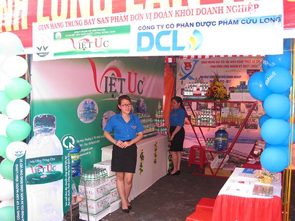 Gian hàng trưng bày sản phẩm nước uống đóng chai Việt Úc - Trong khuôn khổ các hoạt động chào mừng Đại hội Đại biểu Đoàn TNCS Hồ Chí Minh tỉnh Vĩnh Long, nhiệm kỳ 2017 - 2022