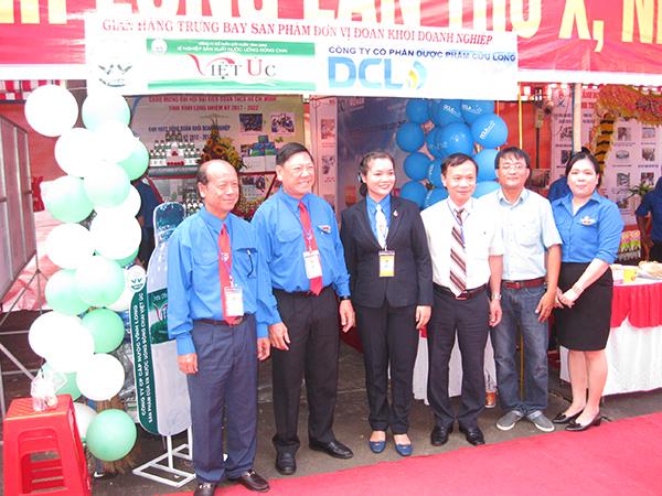 Đồng chí Bí thư và Phó bí thư tỉnh ủy Vĩnh Long tham quan gian hàng